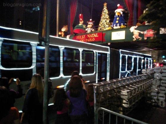 Ônibus com um Noel dirigindo!